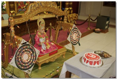 A cake was offered to Jeevanpran Bapashree for the celebration of His Jayanti