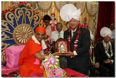Acharya Swamishree blesses New Castle County Councilman, Robert Weiner