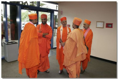 Sadguru Shree Jitendrapriyadasji Swami conveys the blessings of Acharya Swamishree to various religious leaders