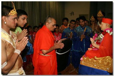 Acharya Swamishree and the devotees taking part in the night's activities perform pooja to Jeevanpran Swamibapa