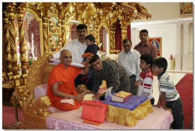 Acharya Swamishree blesses disciples