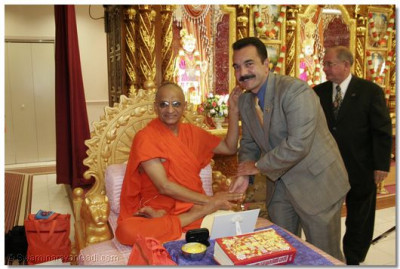 Acharya Swamishee blesses Vincent Prieto, New Jersey Assemblyman