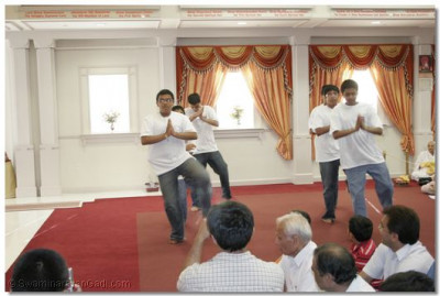 Young disciples performed a devotional dance to praise Lord Swaminarayanbapa Swamibapa and Acharya Swamishree