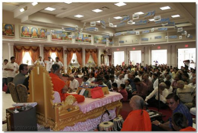 Disciples listening to the divine blessings of Acharya Swamishree