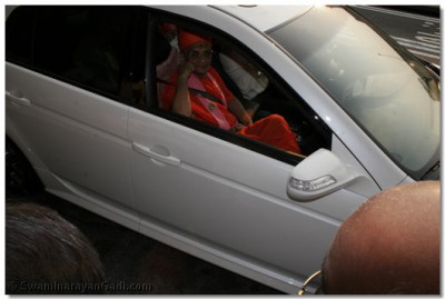 Acharya Swamishree leaves the airport for Shree Swaminarayan Temple New Jersey