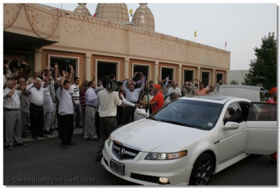 Acharya Swamishree arrives at Shree Swaminarayan Temple New Jersey and graces the hundreds of disciples eagerly waiting for His divine darshan