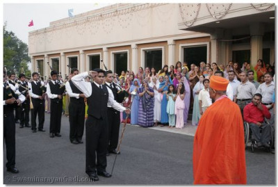 Swamibapa Pipe Band gives a guard of honor to His Divine Holiness Acharya Swamishree