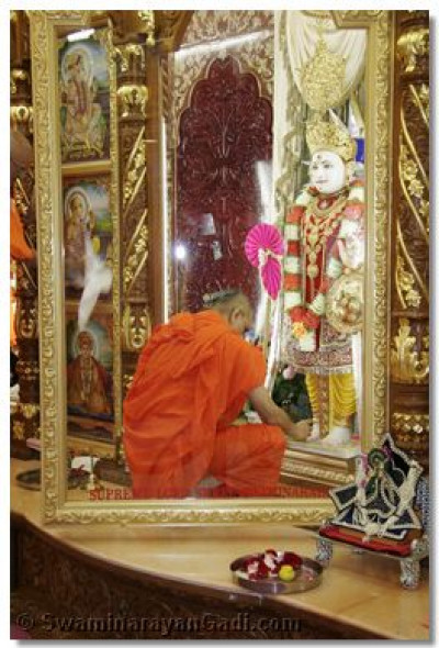Acharya Swamishree performs the Patotsav Ceremony to Lord Swaminarayan