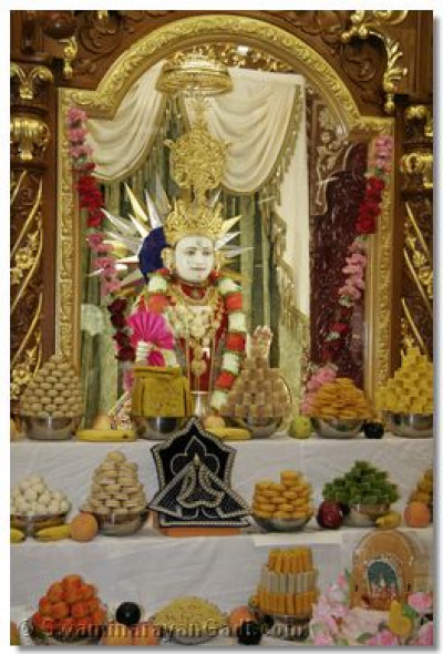 The divine darshan of Lord Swaminarayan with the ankoot