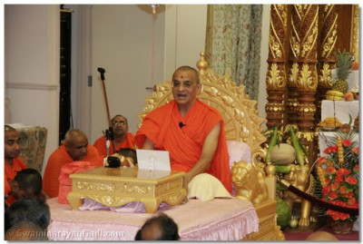Acharya Swamishree showers His divine ashirwad to all