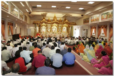 Disciples listen intently to Acharya Swamishree's ashirwad