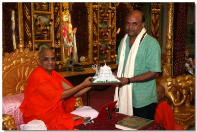 Acharya Swamishree blesses Mr. Navinbhai Patel, who has donated groceries from the Subzi Mandir food market for the Lord's daily thaar