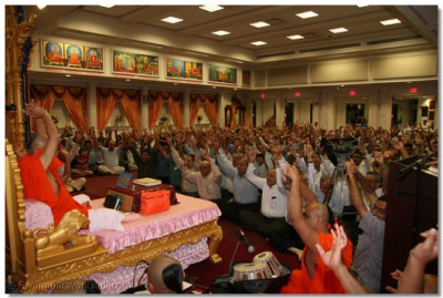Everyone in the congregation does the Jay to conclude Acharya Swamishree's blessings