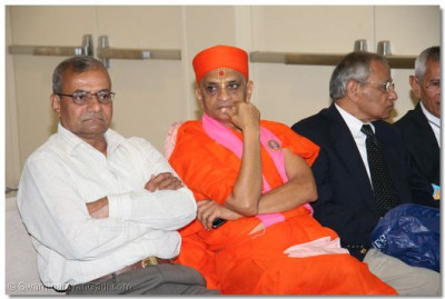 Divine darshan of Acharya Swamishree as He waits for His flight for London