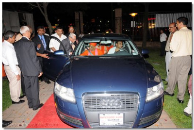 Acharya Swamishree is escorted back to Shree Swaminarayan Temple after the day's celebrations