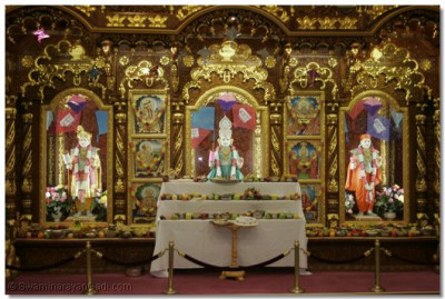 Divine darshan of Lord Shree Swaminarayan, Jeevanpran Bapashree, and Shree Muktajeevan Swamibapa with the offerings