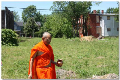 Acharya Swamishree consecrates a disciple's property in Cleveland, Ohio