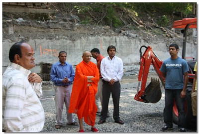 Acharya Swamishree visits a disciple's construction site in Rochester, New York