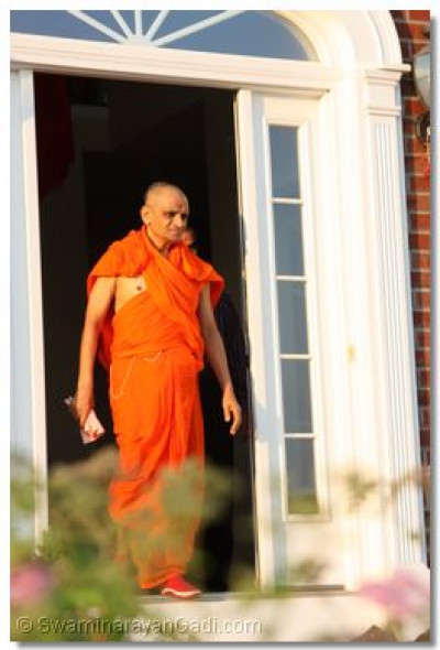 Acharya Swamishree leaves for His daily morning walk