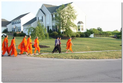 Sants and disciples join Acharya Swamishree for His daily walk