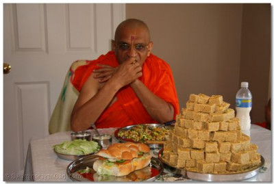 Divine darshan of Acharya Swamishree having prasad in Connecticuit