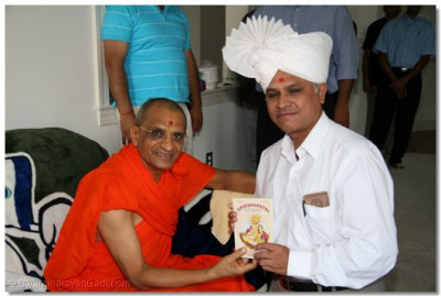 Acharya Swamishree presents a Shikshapatri to a disciple in Connecticuit