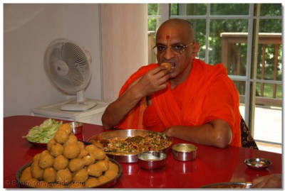 Divine darshan of Acharya Swamishree having prasad in Massachusetts