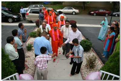 Disciples welcome Acharya Swamishree and sants to their home in New Jersey