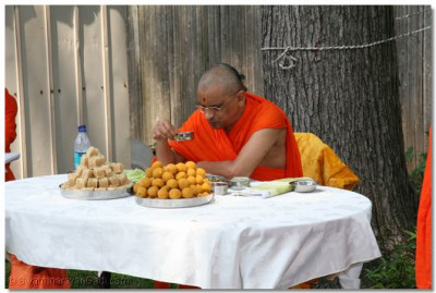 Divine darshan of Acharya Swamishree having prasad in New Jersey