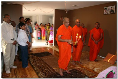 Acharya Swamishree performs Sandhya aarti at a disciple's home in Long Island, New York