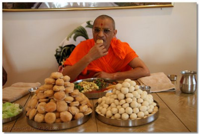 Divine darshan of Acharya Swamishree having prasad in Long Island, New York