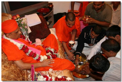 Disciples perform panchamrut snan to Acharya Swamishree divine charanaa at their home in New Jersey