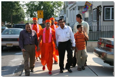 Disciples welcome Acharya Swamishree to their home in New Jersey