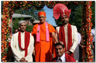 Acharya Swamishree blesses disciples at their home in New Jersey