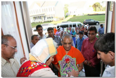 Acharya Swamishree is welcomed to a disciple's home in Pennsylvania