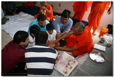 Acharya Swamishree and disciples perform mahapooja at the disciples' home in Pennsylvania