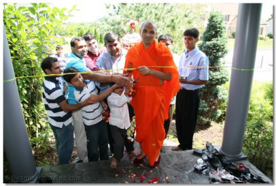 Acharya Swamishree performs the opening of a disciple's home in Pennsylvania