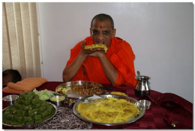 NJDivine darshan of Acharya Swamishree having prasad at a disciple's home in New Jersey