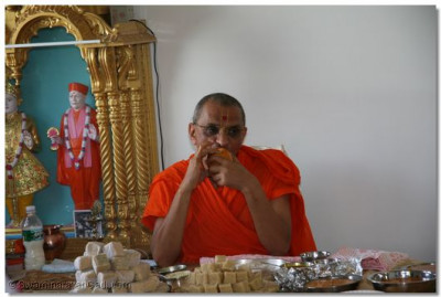 Divine darshan of Acharya Swamishree having prasad at a disciple's home in New Jersey