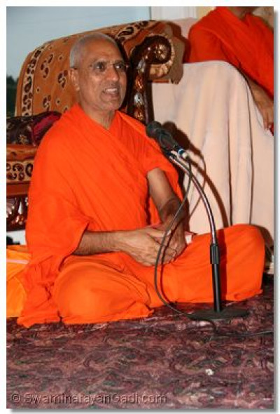 Sadguru Shashtri Shree Jitendriyapriyadasji Swami conducts the evening discourse
