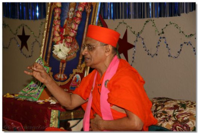 Acharya Swamishree blesses the congregation during a special assembly held in Florida