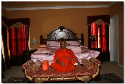 Acharya Swamishree gives darshan at a disciple's residence