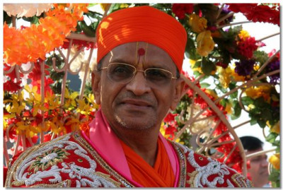 Divine darshan of Acharya Swamishree during the Gurupoonam celebrations held in Delaware