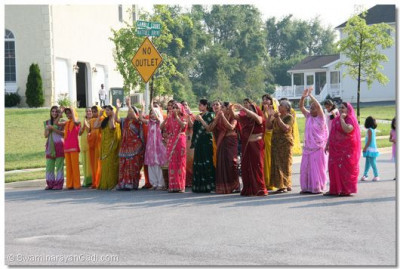 Ladies take darshan from afar as Acharya Swamishree arrives