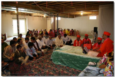 Acharya Swamishree gives blessings to the family and friends of disciples living in Delaware