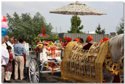 Divine darshan of Acharya Swamishree on the horse and buggy
