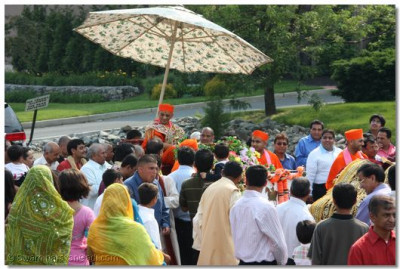 Disciples are eager for Acharya Swamishree's darshan during the procession