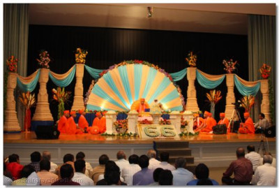 Acharya Swamishree and sants seated on the stage