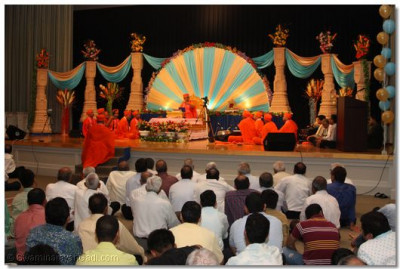 Acharya Swamishree showers His divine blessings upon the congregation