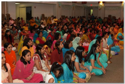 Disciples listen intently to Acharya Swamishree's blessings
